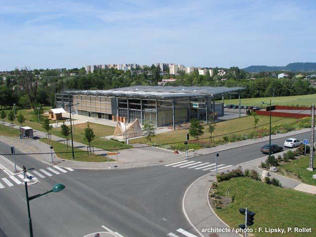 Architecture dans l 39 ex ville nouvelle de l 39 isle d 39 abeau for Piscine de l isle d abeau