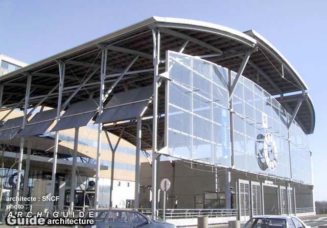Architecture dans l 39 ex ville nouvelle de cergy pontoise for Piscine cergy prefecture